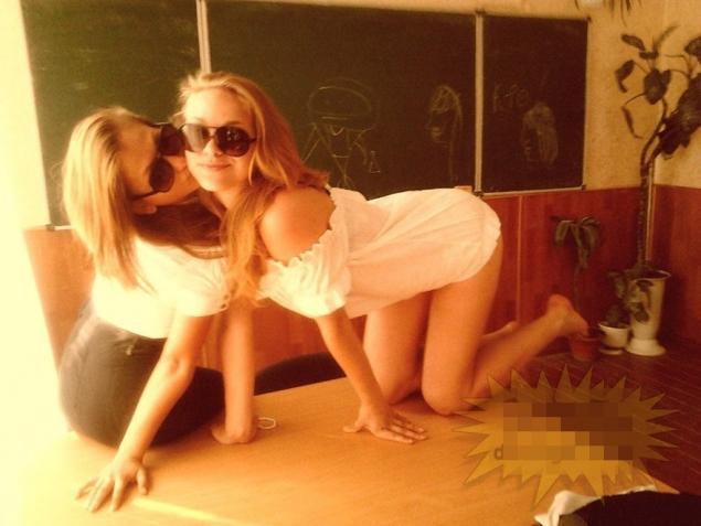 Doua blonde s-au lasat fotografiate intr-o ipostaza incendiara, iar acum regreta amarnic!